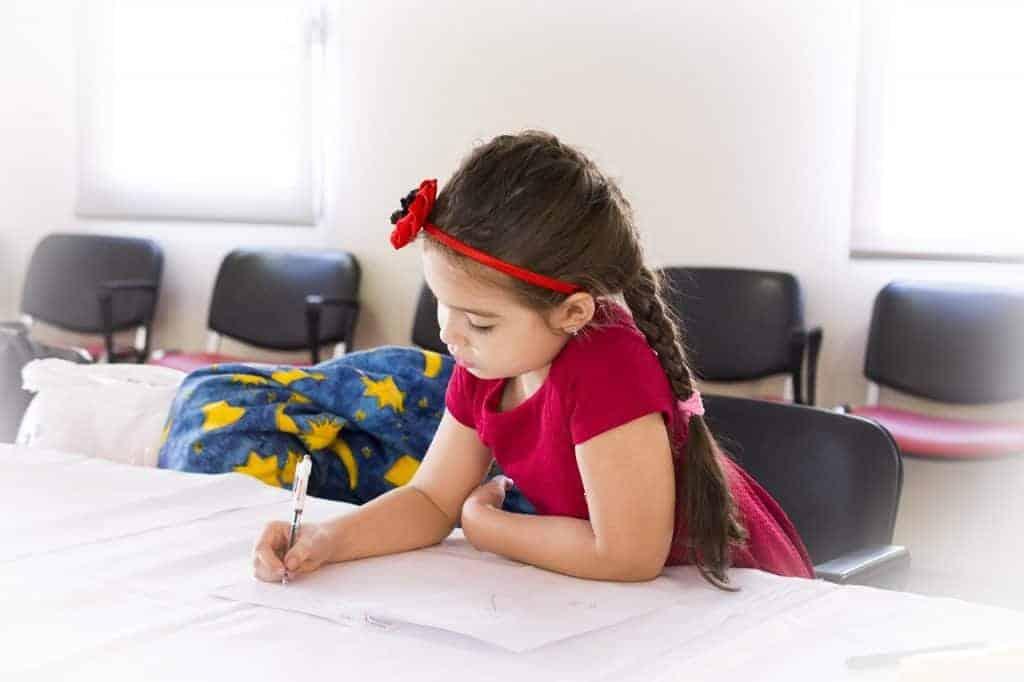 bambina che scrive letterina di babbo natale