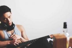 Regali per chitarristi: 5 idee creative per chi suona la chitarra